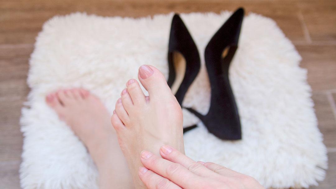 alluce-valgo-femminile-con-scarpa-min