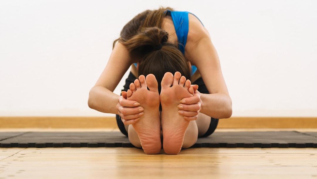 stretching-dei-piedi-da-seduta-min